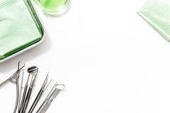 L'odontoiatria con gli strumenti del dentista si chiude su sullo spazio bianco di vista superiore del fondo per testo Fotografie Stock Libere da Diritti