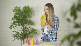 L'odore del detersivo, la ragazza inala la fragranza stock footage