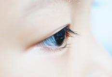 L'oeil d'un enfant images stock