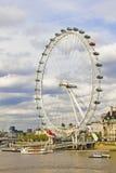 L'oeil de Londres et le fleuve de Tamise Image libre de droits