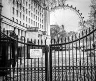L'oeil de Londres et une barrière de fer, Londres, Angleterre Image stock