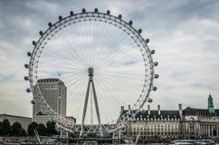 L'oeil de Londres par la Tamise à Londres, Angleterre photographie stock