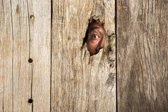 L'oeil en trou en bois photo stock