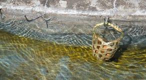 L'oeuf dans le panier sont bouillis dans Hot Springs au sankamphaeng Images stock