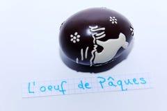 L ` oeuf de Paques,在白色笔记的法国词英国复活节彩蛋的 免版税库存照片