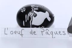 L ` oeuf de Paques,在白色笔记的法国词英国复活节彩蛋的 免版税库存图片
