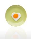 L'oeuf sur le plat aiment le coeur Image libre de droits