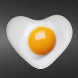L'oeuf sur le plat aiment le coeur images stock
