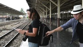 L'offensore ruba una borsa da uno sguardo turistico della donna asiatica alla mappa