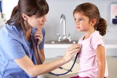 L'Office del bambino del dottore visualizzante paziente Immagini Stock Libere da Diritti