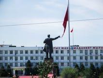 L'Office di sindaco in Oš Monumento di Lenin da lontano Fotografia Stock