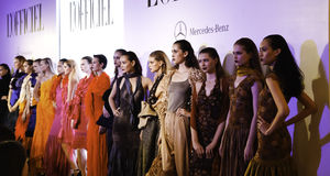 L'Officiel Modeschau Stockfotografie