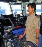 L'officier de navigation manage le pilote automatique Photos libres de droits