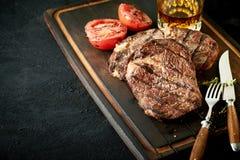L'offre épaisse a grillé le bifteck de boeuf de culotte ou d'aloyau Images stock