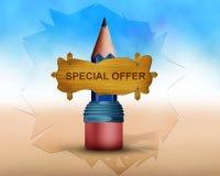 L'offre spéciale écrite sur le conseil en bois et le conseil est endroit sur le grand pancil Photographie stock libre de droits