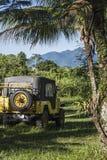 l'offroader 4x4 voyage profondément dans la forêt tropicale dans Paraty, Brésil photo libre de droits