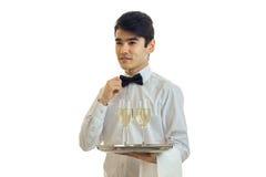 L'oficiat de luxe juge un plateau avec des verres de sembler de champagne parti et corrige le lien Photos stock