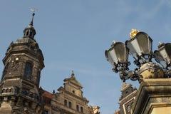 L'oggetto d'antiquariato della via ha forgiato le lampade e la torre del ferro Fotografia Stock Libera da Diritti
