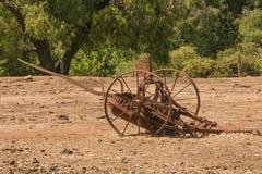 L'oggetto d'antiquariato ha arrugginito attrezzatura di azienda agricola Immagine Stock Libera da Diritti