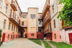 L'oggetto d'antiquariato ha screpolato iarda d'annata di Orande la vecchia Arhitecture con il balcone, tonificato immagini stock