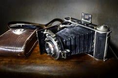 L'oggetto d'antiquariato muggisce la macchina fotografica con il caso di cuoio originale Immagine Stock