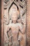 L'oggetto d'antiquariato scolpisce sulla porta di legno del tempio Fotografia Stock Libera da Diritti