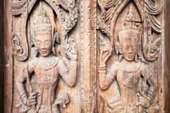 L'oggetto d'antiquariato scolpisce sulla porta di legno del tempio Immagini Stock Libere da Diritti