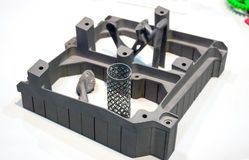 L'oggetto ha stampato sulla stampante del metallo 3d isolata sul primo piano bianco del fondo Immagini Stock Libere da Diritti