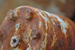 L'oggetto tecnico d'acciaio della ruggine con le viti intorno al cerchio BO Immagini Stock