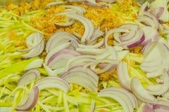 L'oignon garnissent avec de la salade de mangue Images stock