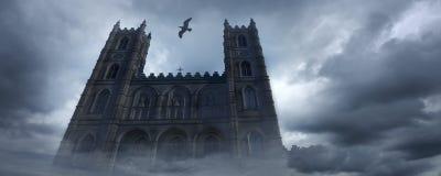 L'oiseau qui a volé au-dessus de l'église image stock