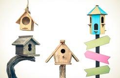 l'oiseau renferme en bois Images libres de droits