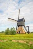 L'olandese ha ricoperto di paglia il mulino vuoto di pietra della posta con la camera alta di legno o Immagine Stock