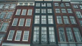 L'olandese tipica alloggia le facciate lungo la via a Amsterdam, Paesi Bassi Fotografie Stock