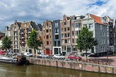 L'olandese tradizionale alloggia la via del rivestimento sul canale Fotografie Stock