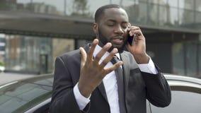 L'oligarca ha oltraggiato da conversazione telefonica sgradevole con l'ex moglie, divorzio stock footage