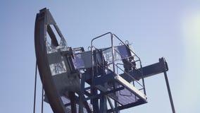 L'olio di lavoro retropompa il cielo stock footage
