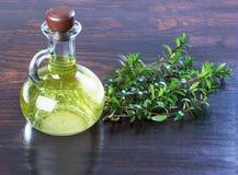 L'olio di mirto in un verde bottiglia si ramifica del mirto, un rem medicinale immagine stock