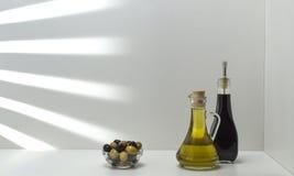L'olio di olive verdi e le olive sono un prodotto naturale Immagine Stock Libera da Diritti