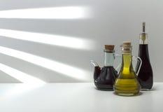 L'olio di olive verdi e le olive sono un prodotto naturale Fotografia Stock Libera da Diritti