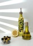 L'olio di olive verdi e le olive sono un prodotto naturale Immagini Stock