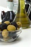 L'olio di olive verdi e le olive sono un prodotto naturale Immagine Stock