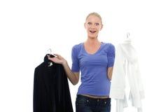 L'Oman in rivestimento e camicia casuali della holding dell'abbigliamento Fotografie Stock