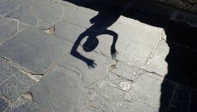 L'ombra della signora alla pavimentazione di marmo medievale Immagine Stock