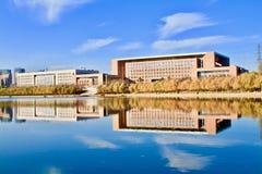 L'ombra delle costruzioni nell'acqua immagini stock libere da diritti