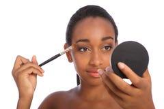L'ombra di occhio africana della donna compone la spazzola delle estetiche Fotografia Stock