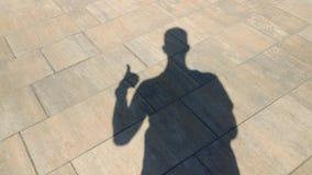 L'ombra di un gesto di manifestazioni dell'uomo fresco stock footage