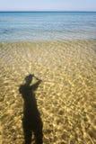 L'ombra di un uomo contro lo sfondo delle onde di rottura Fotografia Stock