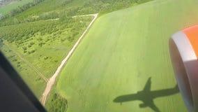 L'ombre d'un avion de vol au sol un jour ensoleillé Vue d'hublot d'avion Ombre de l'avion Voler plus de banque de vidéos