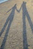 L'ombre d'un couple - amants - sur le sable Photos libres de droits